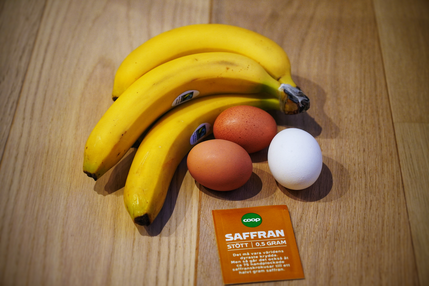 The ingredients for banana and saffron pancakes
